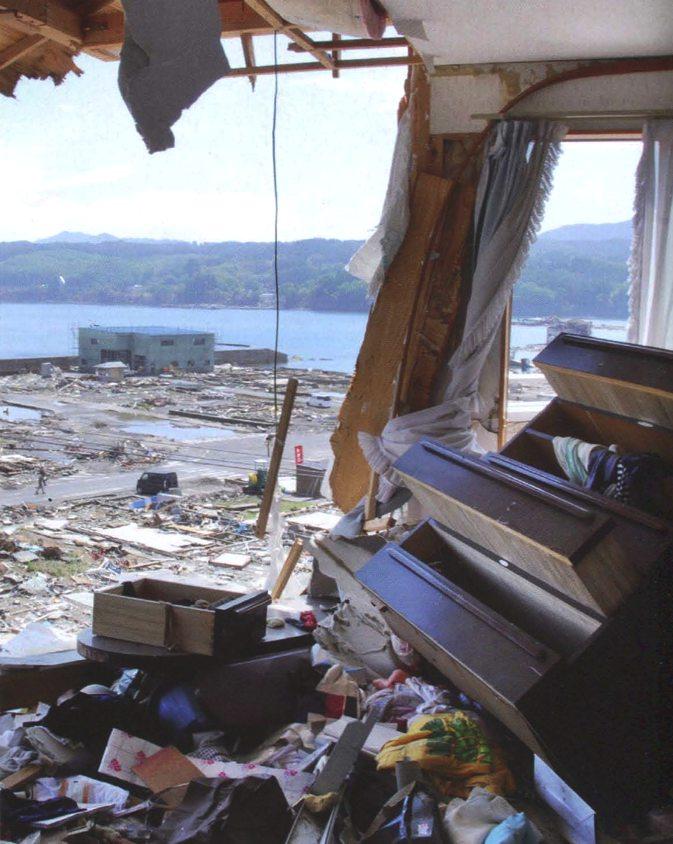 从位于海拔以上18米的楼房二层可以看到灾难的情景。在撤离到地势较高的地方前这里的家庭目睹了第一波海啸。