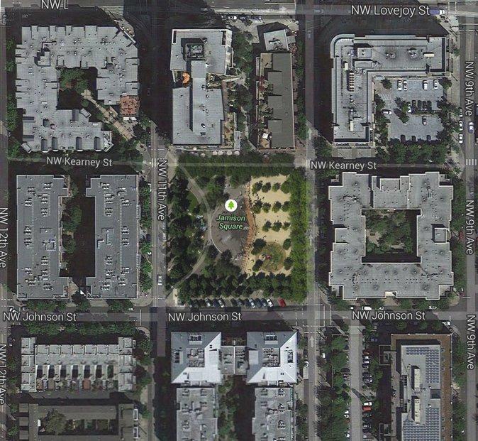 詹姆森广场占据了一个大约1英亩(约4,000平方米)大小的街区,场地呈正方形,四周被道路和建筑包围。(Photocredit: Google Map)
