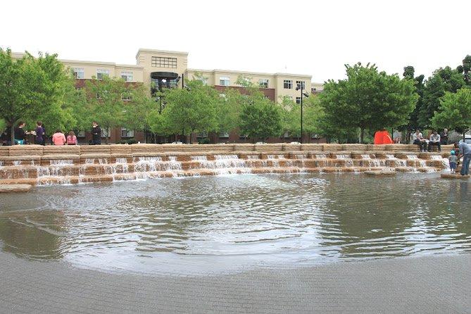 编者按:这片文章介绍的是由PWP事务所设计,2002年于美国俄勒冈州波特兰市建成的詹姆森广场(Jamison Square)。通过对项目细节的介绍,展现出这个作品中喷泉设计的精彩。 波特兰是一个聚集了许多著名现代主义景观设计作品的城市,特别是各种各样的以水景为主的作品,人们说爱悦喷泉(Lovejoy Fountain)是为中老年人设计的喷泉、爱尔兰凯勒喷泉(Iran Keller Fountain)是为青年人设计的喷泉而詹姆森广场(Jamison Square)上的喷泉就是给孩子们设计的喷泉。 詹姆森广场