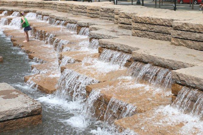 水流的大小和喷水的顺序(有时候从中央开始喷水,有时候从两侧开始喷水)不断的变化,应该是有仪器操控的。(Photocredit: 周啸)