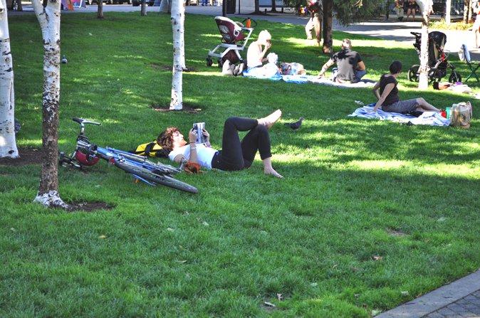 水景对面的缓坡草坪成了家长们休息的场所。(Photocredit: http://www.pwpla.com/projects/jamison-square#)