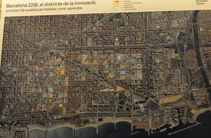 """图3:22@区,过去曾是巴塞罗那Poblenou的一个工业区,如今已经发展成为一个中央商务区,也成为巴塞罗那的一个创新区。在19世纪,这一区域的工业非常繁荣,一度被称作""""加泰罗尼亚的曼彻斯特"""",经过一些列的改造,才发展成为城市的科技和创新区,成为新的经济和文化增长点。如今,22@区仍然处于建设和发展中,同时增加了对于居民居住和休闲需求的回应,大量的居住区和绿地也被建设。"""