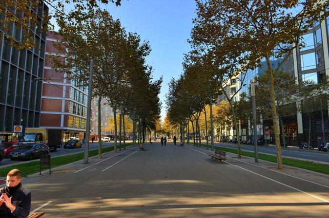 图10:街道较为宽敞,体现了工业区的尺度。经过改造,在满足机动车交通的前提下开辟了人行漫步与休息空间,在于巴塞罗那其他区域融合的同时,也优化了本区的居住环境。