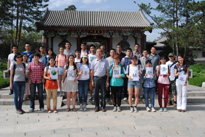 夏老师与参观人员在万景广场前合影