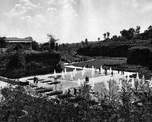 Figure 02: The Reich Garden Show 1939 was built in an exhausted sandstone quarry. View into the 'Valley of the Roses'. Photo by A. Ohler, taken from: Erich Schlenker (ed.), Das Erlebnis einer Landschaft. Ein Bildbericht von der Reichsgartenschau Stuttgart 1939 (1939), p. 62.