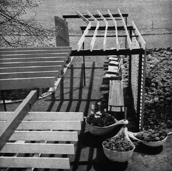 Figure 05: Federal Garden Show at Kassel 1955: irregular pergola and spoon-shaped plant containers made from Eternit, designed by Mattern (taken from: Baukunst und Werkform, vol. 8, no. 7, 1955).
