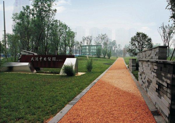 其他区域均采用透水的地面铺装材料,如透水混凝土砖,砾石步道(图7),植