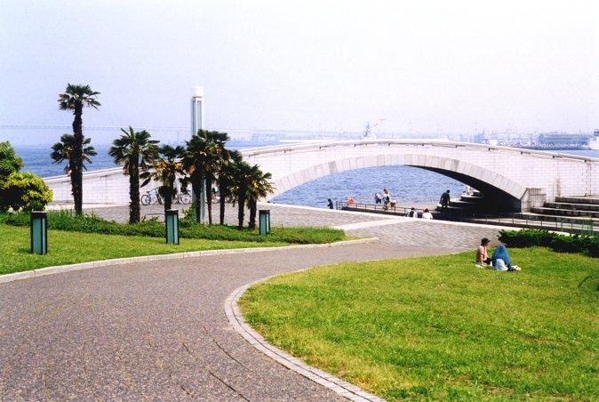 临港公园海水倒灌池上面架设的石桥,起到烘托点缀的作用。