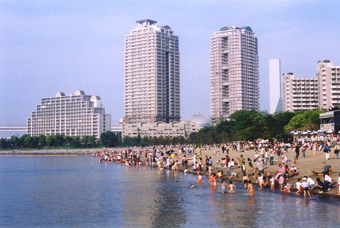 在人工沙滩上游玩的人们