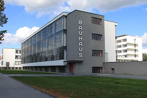 现代设计从包豪斯开始,至今也不过100年历史,康定斯基,克利是艺术方面的领袖人物