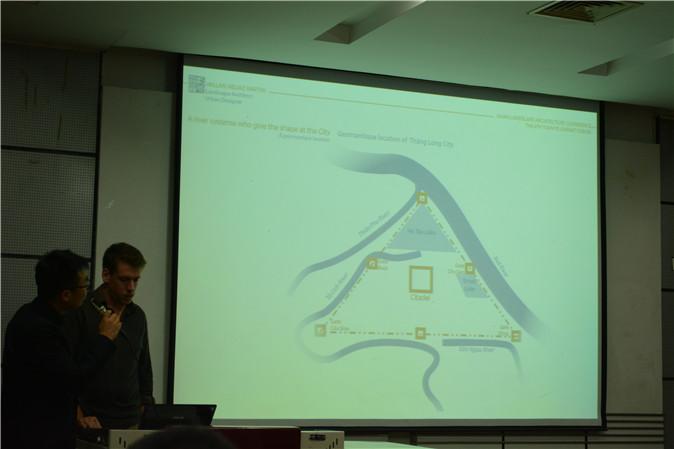 Martin先生与翻译在描述河内城市的格局