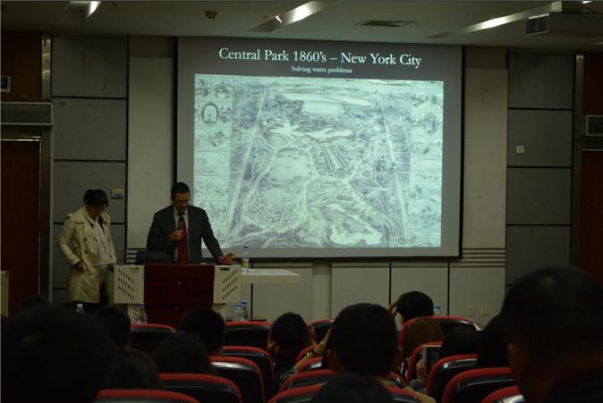 Leehu Loon先生正在描述案例