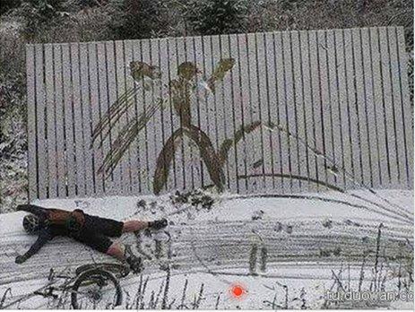 一个人骑着一辆车撞到了雪地里的木板上,留下了痕迹。通过类比可得图像材料的定义:通过图像留取的一些关于环境的有效信息的二手材料。